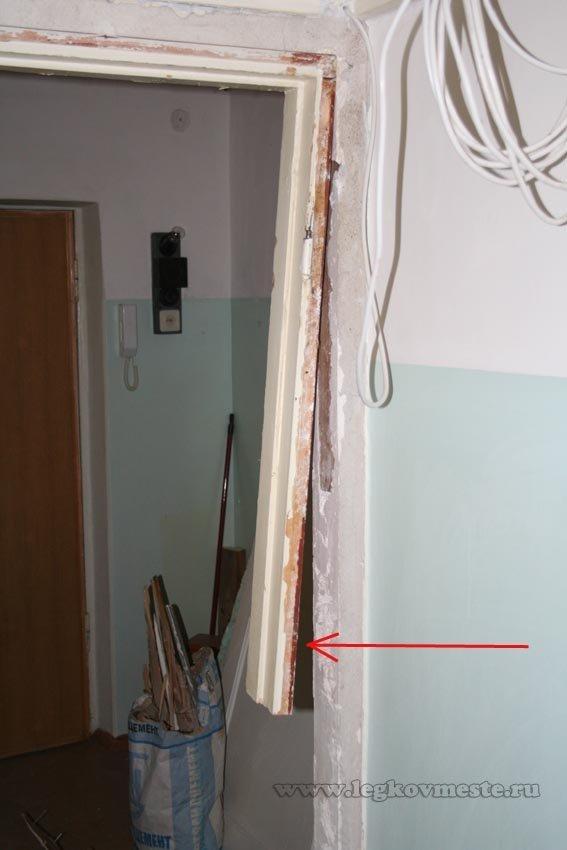 Демонтируем вертикальную стойку дверной коробки