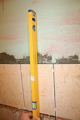 Контролируем вертикальность укладки плитки