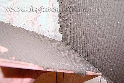 Наносим клей на стену и плитку