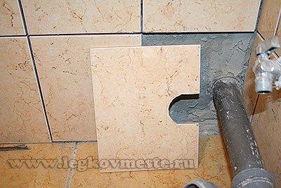 Укладываем первый ряд керамической плитки