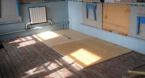 Листы фанеры на деревянном полу