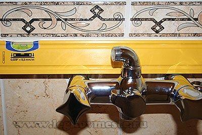 Предварительно устанавливаем и примеряем смеситель в ванную комнату