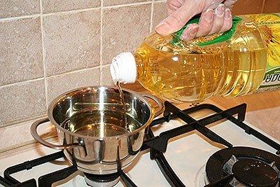 Наливаем масло для жарки хвороста