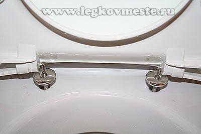 Соединяем крышку и сиденье с корпусом унитаза