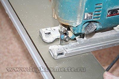 Резка металлической направляющей для шкафа-купе