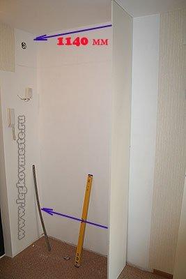 Разметка стены и монтаж вертикальной стенки шкафа