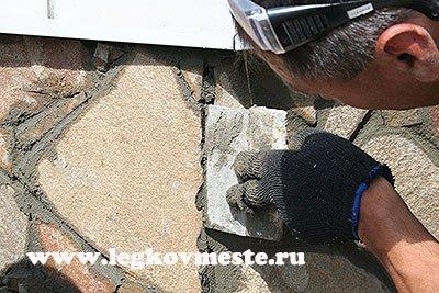 Заполняем швы между прилегающими камнями