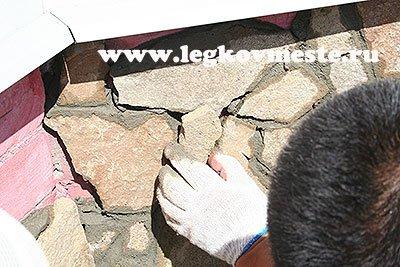 Подбираем маленькие кусочки камня для заполнения промежутков