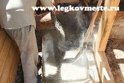 Приготовление бетона, засыпаем цемент