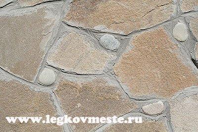 Вставляем морские шлифованные камни для красоты отделки фасада камнем
