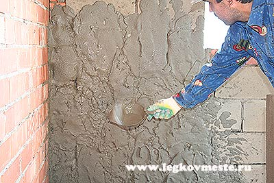 Наносим раствор для штукатурки на стену