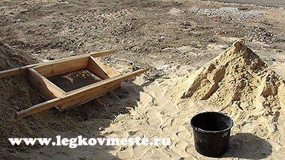 Просеиваем песок для штукатурной массы