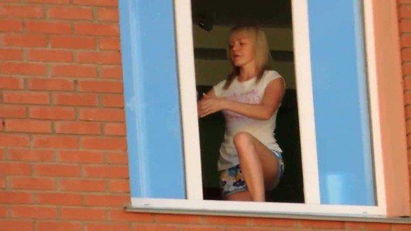 девушка моет пластиковое окно