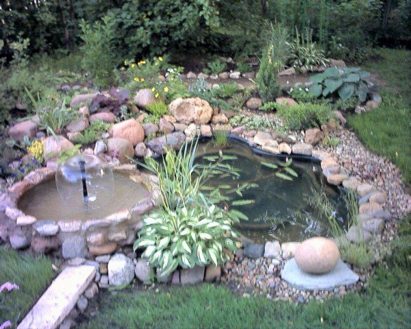 фонтан из камней на дачном участке