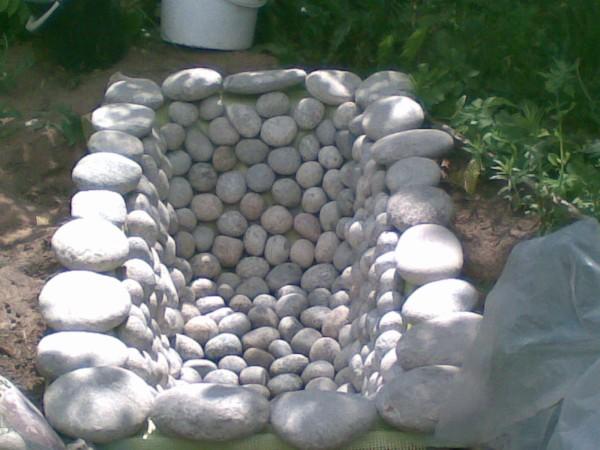 ванна в качестве основания для садового фонтана