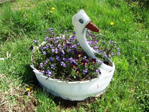 Клумба-лебедь из покрышки