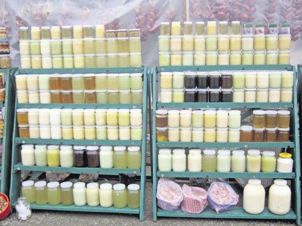 банки с мёдом разных сортов