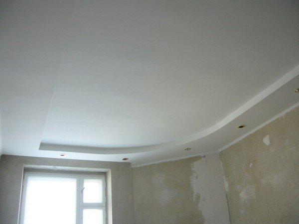 Правильно покрашенный качественной водоэмульсионной краской гипсокартонный потолок