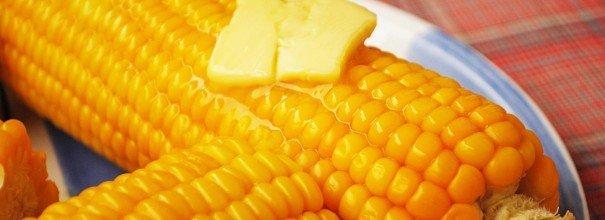 Початки варёной кукурузы со сливочным маслом