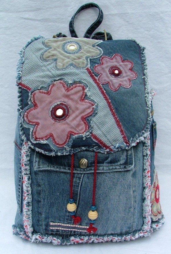 Цветочная аппликация на рюкзаке