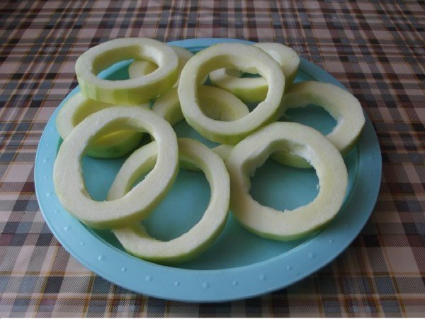 Кольца из кабачов на тарелке