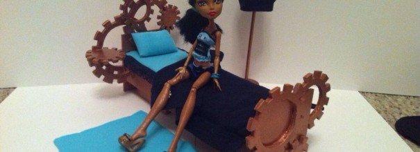 кукла монстер хай на кровати