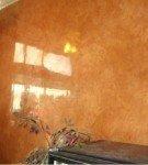 Стена, отделанная глянцевой штукатуркой