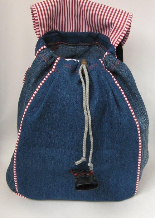 Вставленный <u>выкройки для рюкзака из старых джинсов своими руками</u> шнур для стягивания