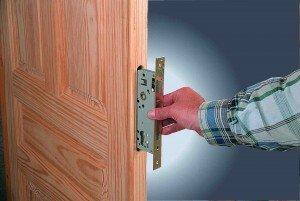 Замена замка в двери своими руками.