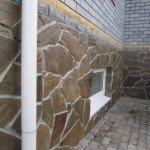 Облицовка цоколя натуральным камнем песчаником