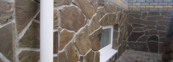 Облицовка цоколя натуральным камнем песчаником.