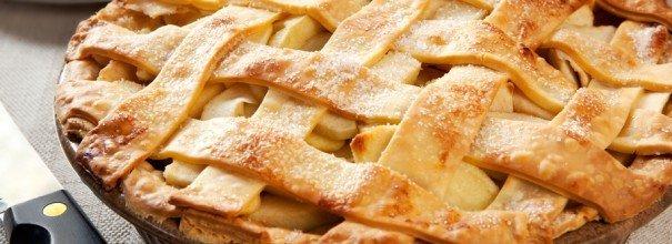 Вкусный пирог с курагой и яблоками.