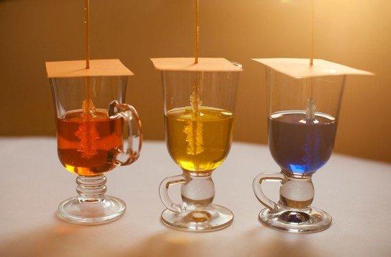 кристаллы из сахара в стаканах