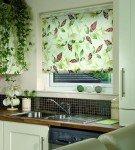 Кухня с рулонной шторой