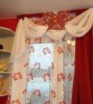 Белый ламбрекенс красными шторами