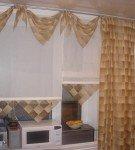 золотой ламбрекен на кухне