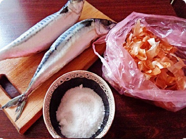 скумбрия, луковая шелуха, соль
