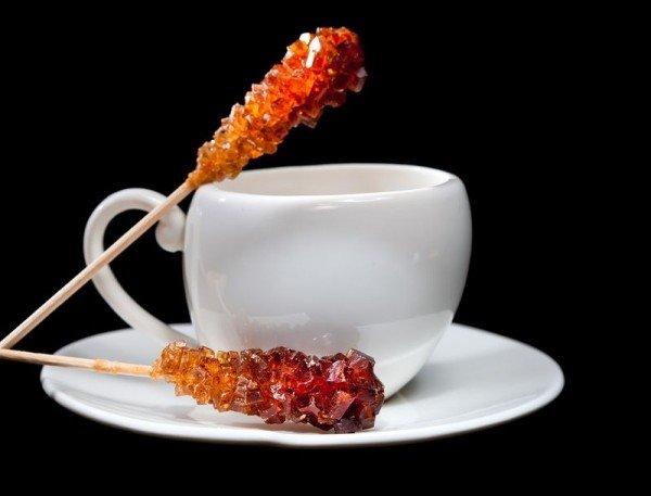 сахарный кристалл и чашка