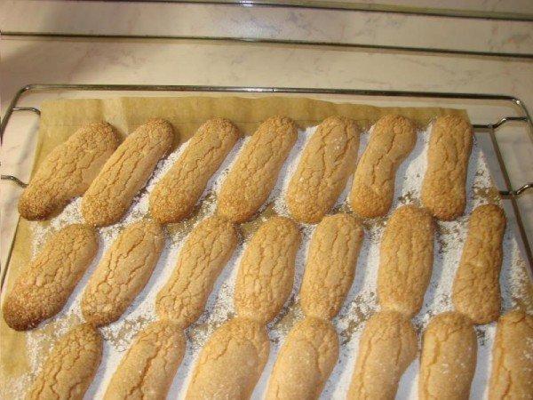 Готовые печенья савоярди