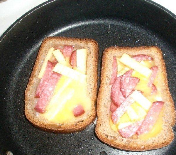 колбаса и сыр в яичнице в хлебе