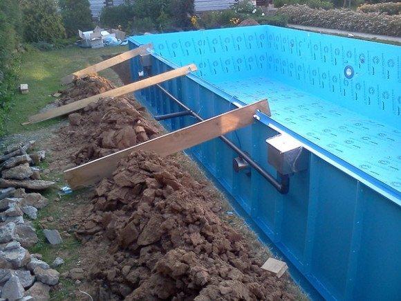 Распорки на стенках бассейна