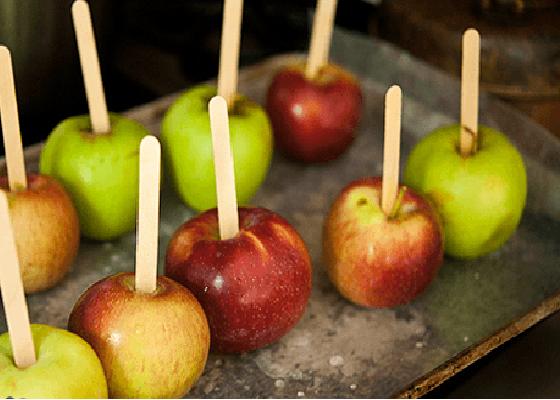 Яблоки на палочках