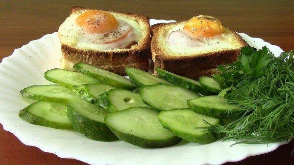 яичница в хлебе с овощами