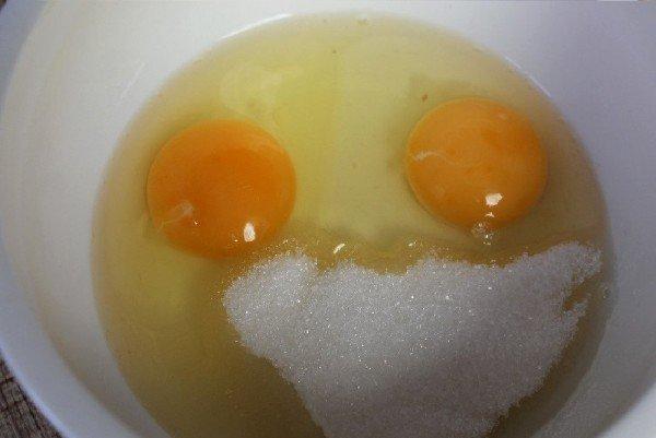 Яйца и сахарв миске