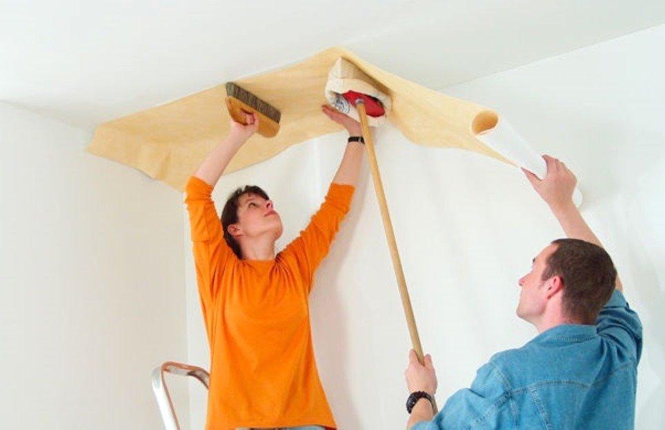 Клеим обои на потолок своими руками фото
