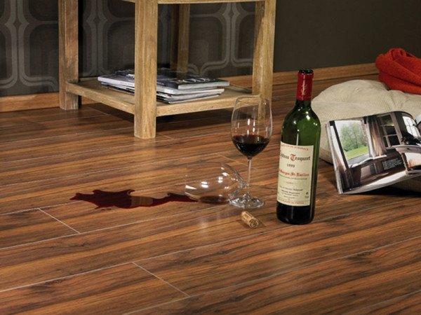 вино на ламинатном полу