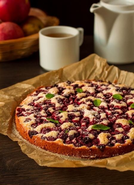 бисквитный пирог с замороженной малиной