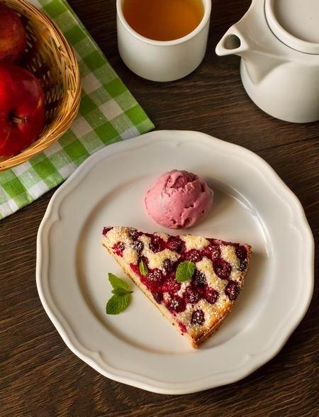 кусочек бисквитного пирога с малиной