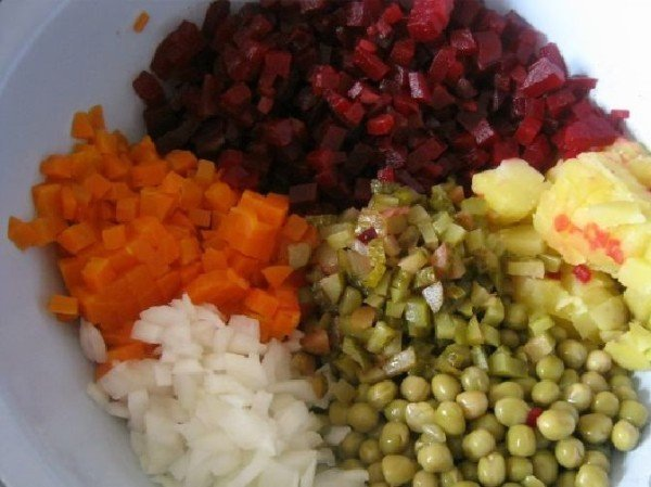 нарезанные овощи и горошек в миске