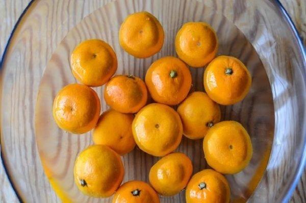 мандарины в миске с водой